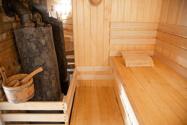 Interieur van een houten russisch bad met traditionele artikelen voor gebruik.