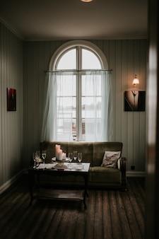 Interieur van een huis met een bank en champagneglazen op tafel