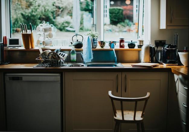 Interieur van een huiselijke keuken