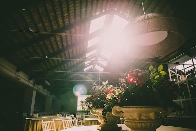 Interieur van een landelijk restaurant voor evenementen elegant ingericht bij zonsondergang.