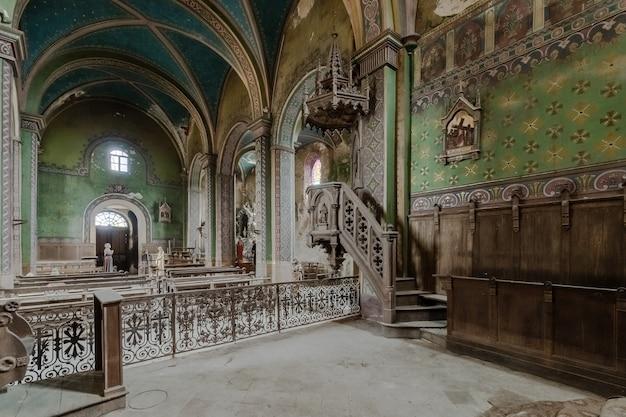 Interieur van een lege kerk