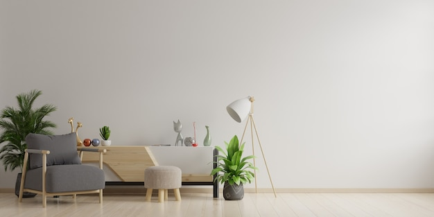 Interieur van een lichte woonkamer met fauteuil op lege witte muur