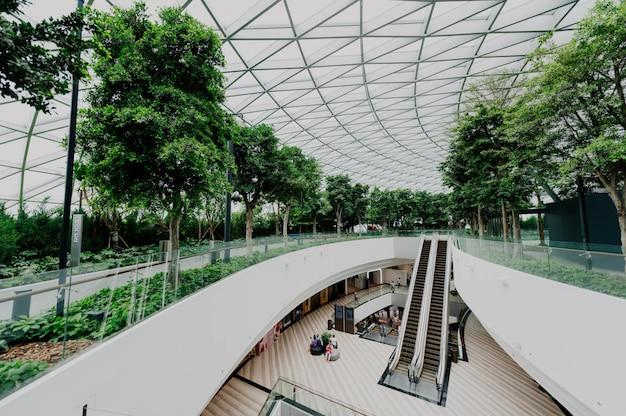 Interieur van een luchthaven met ramen