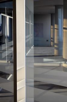 Interieur van een modern gebouw met glazen ramen en witte sfeer