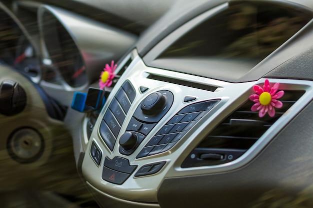 Interieur van een moderne auto. bedieningspaneel in een voertuig