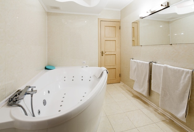 Interieur van een moderne hotelbadkamer, jacuzzi