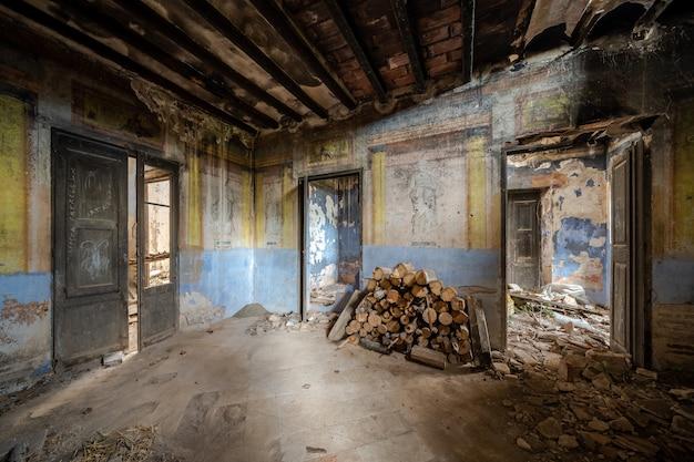 Interieur van een oud verlaten en verwoeste herenhuis