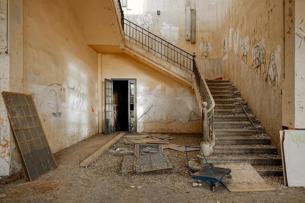 Interieur van een oude verlaten fabriek