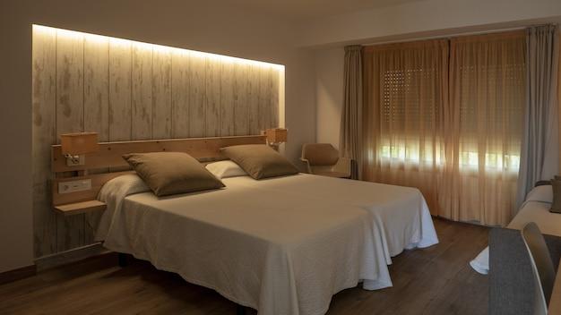 Interieur van een slaapkamer in witte en romige tinten