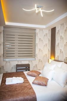 Interieur van een slaapkamer met fris beddengoed