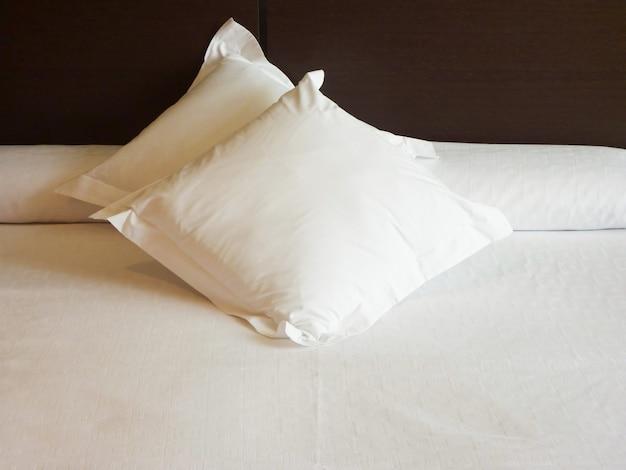 Interieur van een slaapkamer met zachte witte kussens