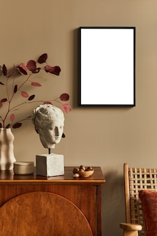 Interieur van een unieke woonkamer met stijlvolle commode, fauteuil, dired bloemen in vaas, mock up poster aan de muur, decoratie en persoonlijke accessoires in modern interieur. sjabloon.