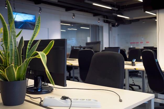 Interieur van een verlaten kantoor zonder mensen tijdens de coronaviruspandemie