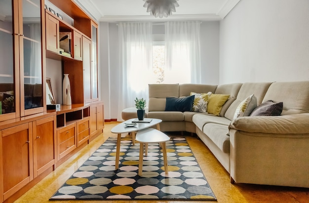 Interieur van een woonkamer ingericht met hoekbank