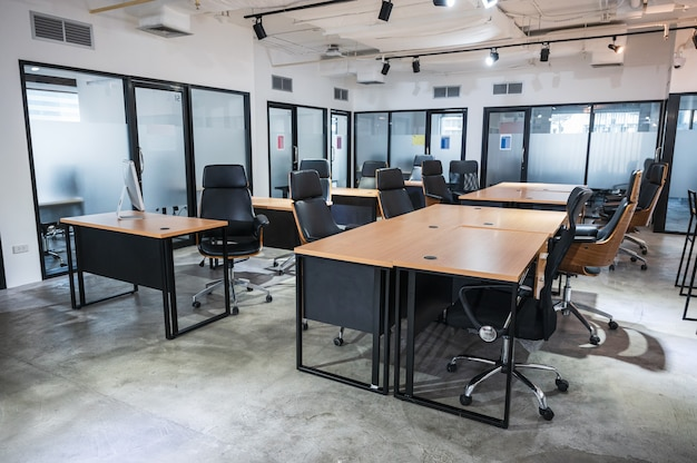 Interieur van failliete lege moderne coworking-ruimte tijdelijk gesloten en beleid voor werknemers om vanuit huis te werken tijdens pandemie van covid-19, coronavirus