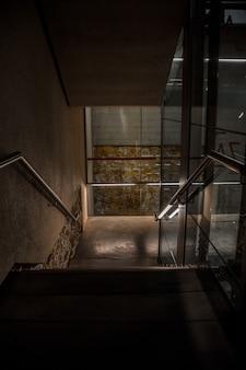 Interieur van gebouw met trappen