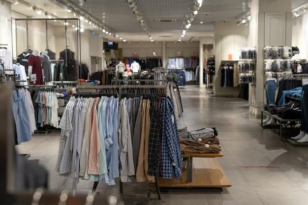 Interieur van hedendaagse kledingwinkel met kleding