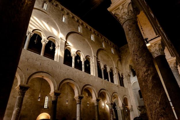 Interieur van het hoofdschip van de kathedraalbasiliek van san sabino in bari.