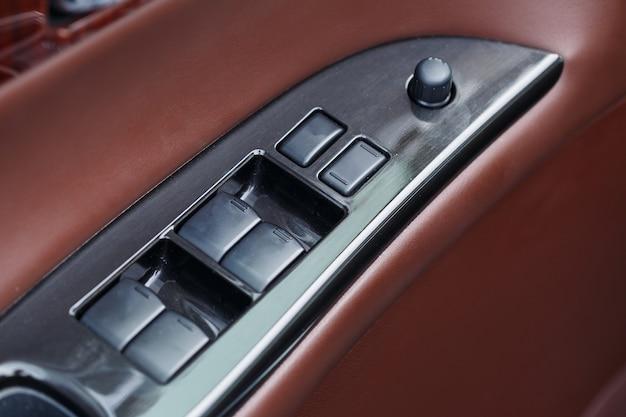 Interieur van het voertuig. binnenbekleding van autodeuren. bruin lederen auto-interieur.