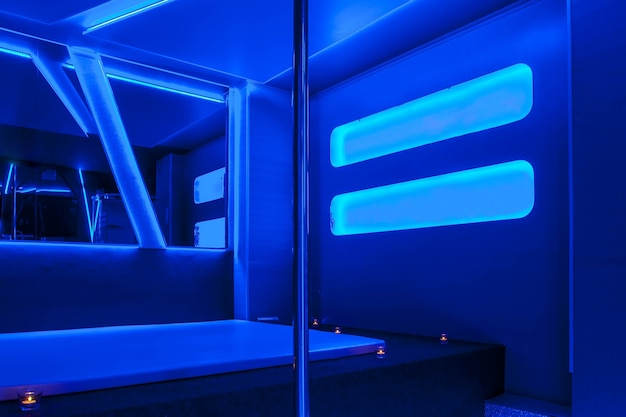 Interieur van hotelkamer in residentie is modern ingericht, waar mannen prostituees inhuren voor mannelijke genoegens. escort, prostitutie, privédansen, stripteaseshowconcept. ruimte achtergrond kopiëren
