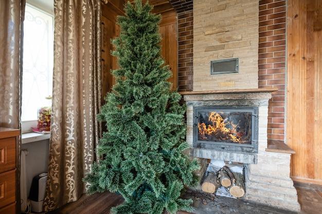 Interieur van houten chalet met kerstboom