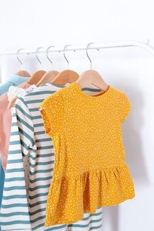 Interieur van kinderkamerdecoratie met kleding