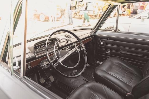 Interieur van klassieke sovjet-unie oldtimers. een interieur van de retro oude auto. stuurwiel van oude klassieke auto.