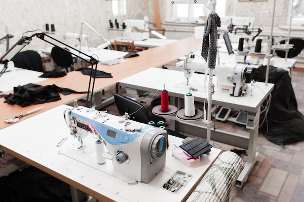 Interieur van kledingfabriek winkel.