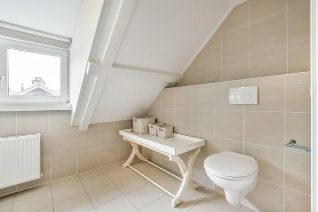 Interieur van klein schoon toilet in miniatuurstijl