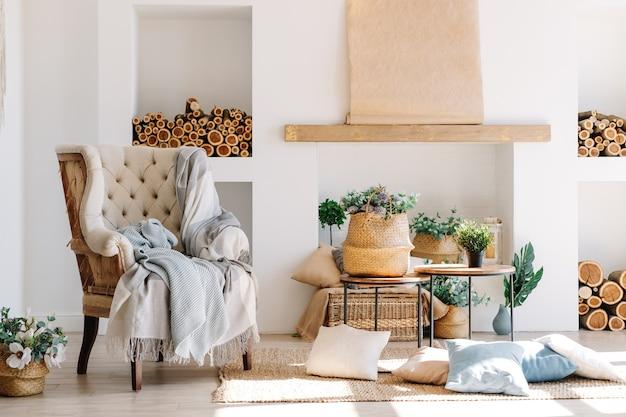 Interieur van lichte woonkamer in scandinavische stijl met grote fauteuil, offee tafel en planten.