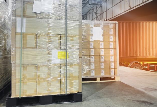 Interieur van magazijn, grote pallet verzenddozen, vrachtwagen docking lading lading in magazijn, wegvrachtindustrie logistiek verzending en transport