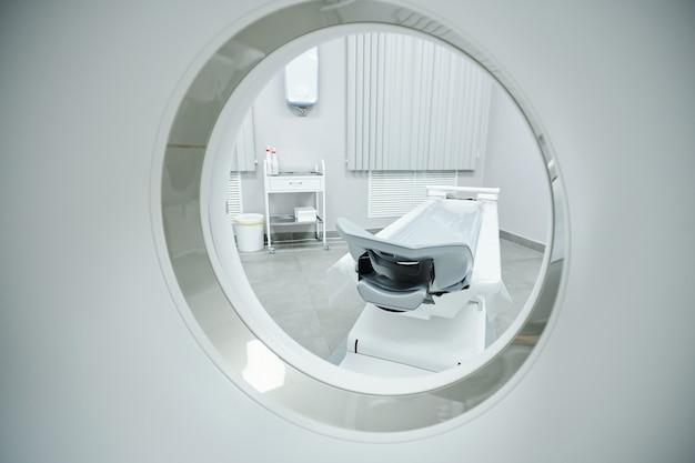 Interieur van medische kamer met ultrasone machine, desktopcomputer, onderzoekstafel en printer