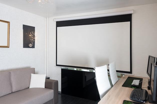 Interieur van modern appartement met werkplek