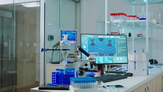 Interieur van modern wetenschappelijk laboratorium zonder mensen die zijn voorbereid op farmaceutische innovatie met behulp van hightech, microbiologische hulpmiddelen voor wetenschappelijk onderzoek. vaccinontwikkeling tegen covid19-virus