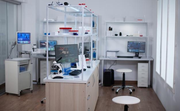 Interieur van modern wetenschappelijk laboratorium zonder mensen. lab gebruikt voor het vinden van een remedie voor gevaarlijk virus.