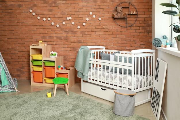Interieur van moderne babykamer met wieg