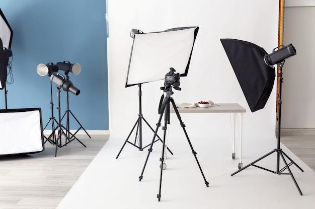 Interieur van moderne fotostudio met professionele apparatuur
