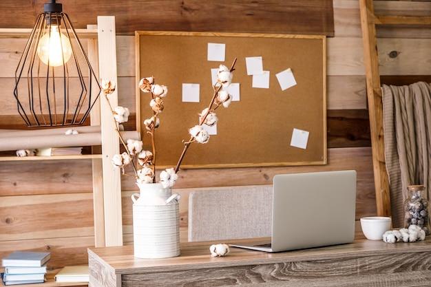 Interieur van moderne kamer met comfortabele werkplek in de buurt van houten muur