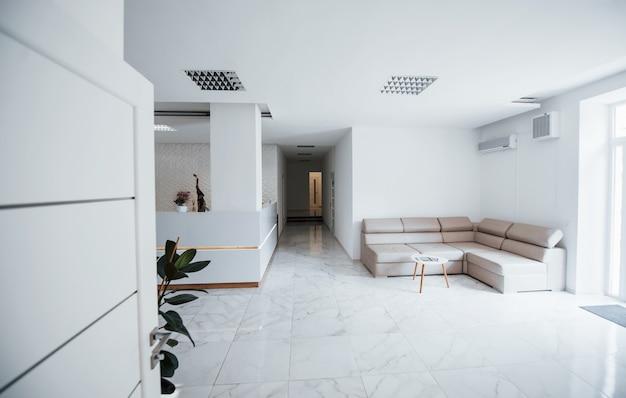 Interieur van moderne kliniek wachtkamer overdag. geen mensen binnen.