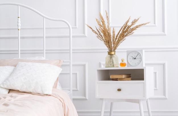 Interieur van moderne slaapkamer met gezellig tweepersoonsbed