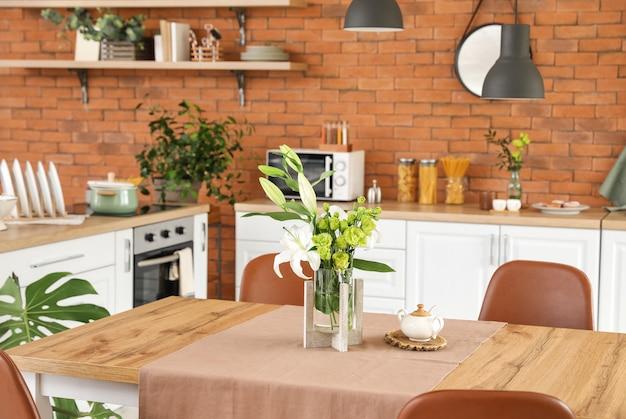 Interieur van moderne stijlvolle eetkamer met bloemendecor