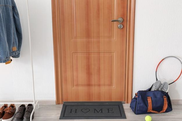 Interieur van moderne stijlvolle gang met deurmat