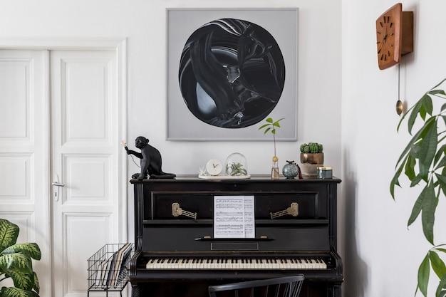 Interieur van moderne woonkamer met schilderijen, stijlvol meubilair, zwarte piano, planten, lamp, houten klok en elegante persoonlijke accessoires in een gezellig interieur.