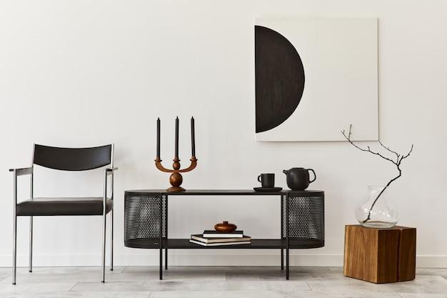 Interieur van moderne woonkamer met zwarte stijlvolle commode, stoel, kunstschilderijen, lamp, boek, kandelaar, decoraties en elegante accessoires in woondecoratie.