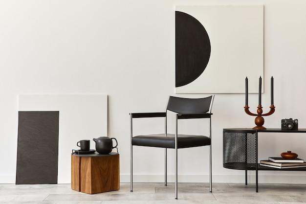 Interieur van moderne woonkamer met zwarte stijlvolle commode, stoel, mock-up kunstschilderijen, lamp, boek, kandelaar, decoraties en elegante accessoires in woondecoratie. sjabloon.