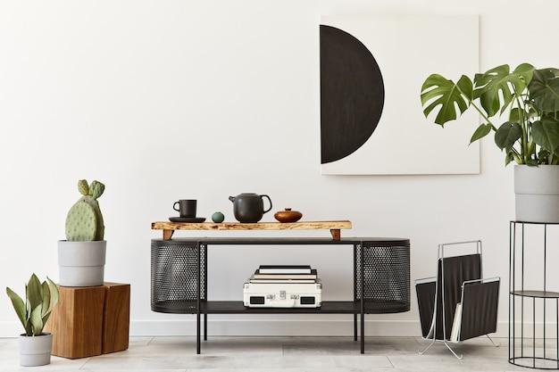 Interieur van moderne woonkamer met zwarte stijlvolle commode, stoel, mock-up kunstschilderijen, lamp, planten, decoraties en elegante accessoires in woondecoratie. sjabloon.