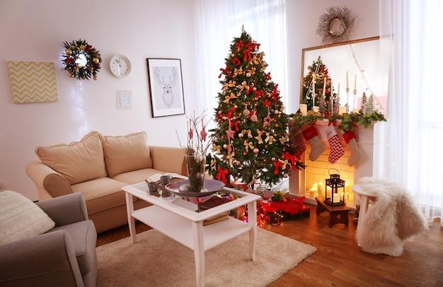Interieur van mooie woonkamer ingericht voor kerstmis