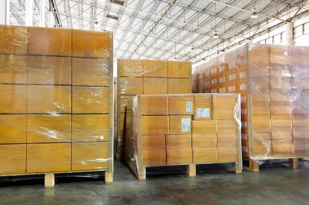 Interieur van opslag magazijn, stapel pakket dozen op pallets in fabriek magazijn.
