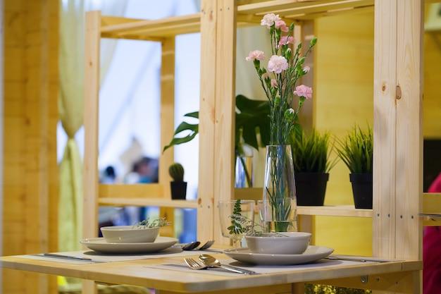 Interieur van restaurant met gedekte tafel gemaakt van hout