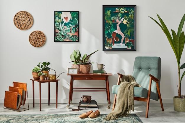 Interieur van retro woonkamer met stijlvolle vintage fauteuil, plank, kamerplanten, cactussen, decoratie, tapijt en twee frames op de witte muur. plantkunde woondecoratie.